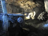 На руднике в Якутии горная порода обрушилась на погрузочную машину, в которой находился рабочий