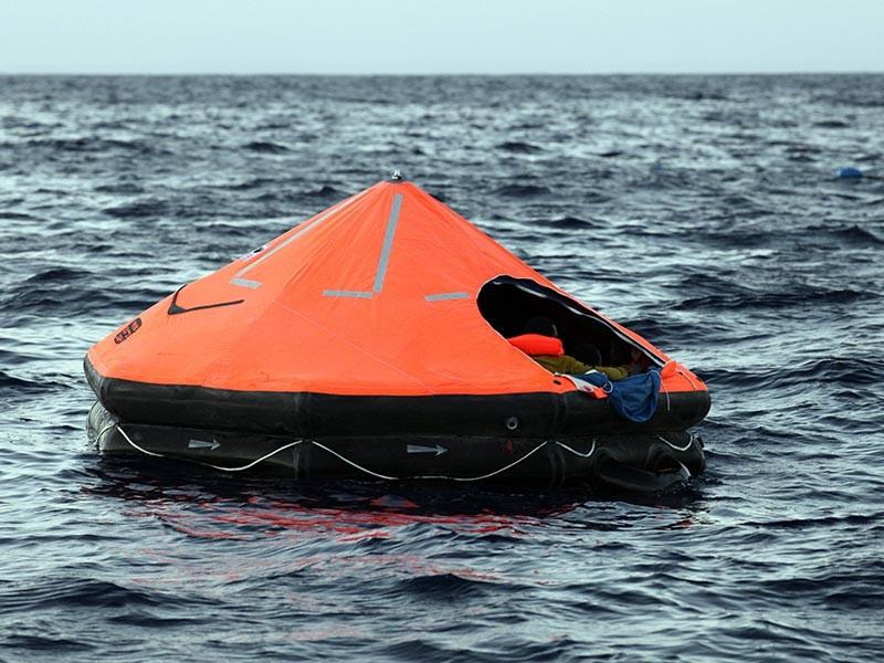"""""""Пять человек подняли с плота, их состояние удовлетворительное"""", - сказали в спасцентре. По данным спасателей, в море остается еще один член экипажа судна, его поиски продолжаются"""