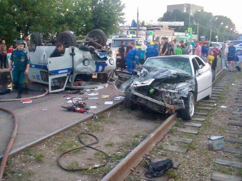 В городе Ангарске Иркутской области произошла красочная погоня: полицейские преследователи пьяного водителя, который в попытке уйти от погони на полном ходу протаранил и перевернул автомобиль ППС