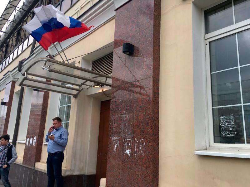 Ввологодском штабе Навального полицейские изъяли, кроме газет, наклейки, баннер ифутболки