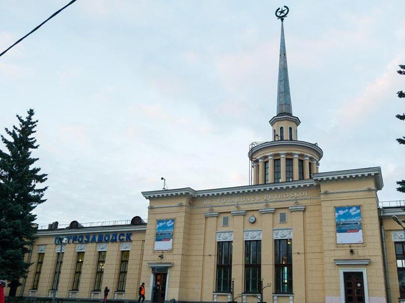 """На железнодорожном вокзале в административном центре Карелии Петрозаводске прогремело несколько взрывов, сообщает региональный сайт """"Столица на Онего"""""""