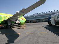"""В новосибирском """"Толмачево"""" пассажиры московского рейса оказались заперты в телетрапе и взломали дверь аэропорта"""