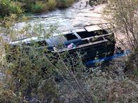Микроавтобус упал в реку на юге Красноярского края