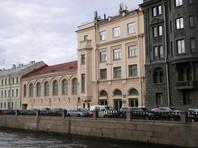 """В Санкт-Петербурге здание, в котором находится студия режиссера Учителя, забросали """"коктейлями Молотова"""""""