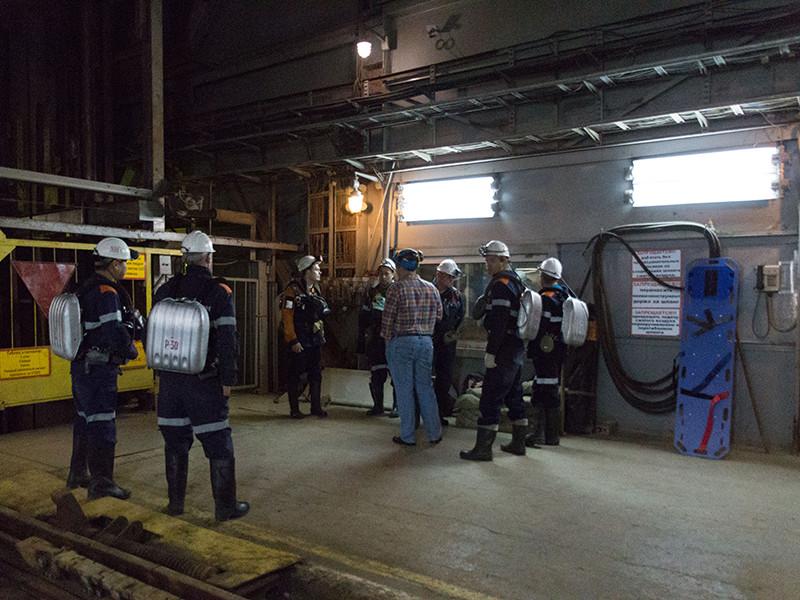 """Один из девяти заблокированных в Якутии в шахте рудника """"Мир"""" рабочих смог сообщить о своем местонахождении спасателям."""