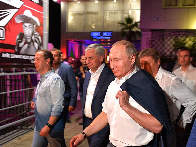 Президент РФ Владимир Путин почти неделю, с 9 августа, не принимал участие в публичных мероприятиях. Последний раз главу государства на публике видели 8 августа, когда он посетил с рабочим визитом Абхазию, а затем отправился в Сочи