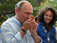 Помимо этого, Путин почтил вниманием стенд с игрушками-свистульками. Главе государства продемонстрировали, как они работают, и он тоже решил попробовать. Президент несколько раз дунул в отверстие и услышал трель