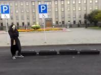 Автор заупокойного перформанса у здания правительства Иркутской области оштрафован, суд постановил уничтожить бутафорские гробы