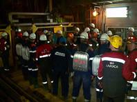 """Горнорабочие рудника """"Мир"""" выходят из подъемника во время эвакуации на поверхность"""