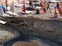 Поток черной жижи на пляже мэрия Сочи объяснила выбросом питьевой воды