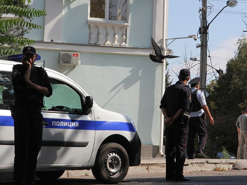 В Симферополе сотрудники полиции провели массовые задержания участников одиночных пикетов в поддержку пожилого активиста Сервера Караметова, который был осужден на 10 суток за пикет в поддержку крымских татар и по обвинению в сопротивлении полиции
