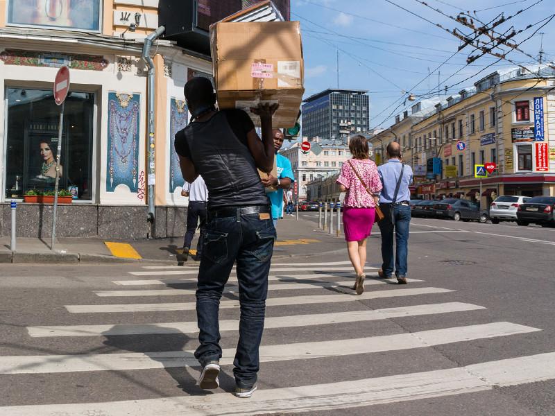 В докладе, который преподносился как альтернативный официальным отчетам по этой проблеме, освещается ситуация с расовой дискриминацией в России в 1996-2001 годах