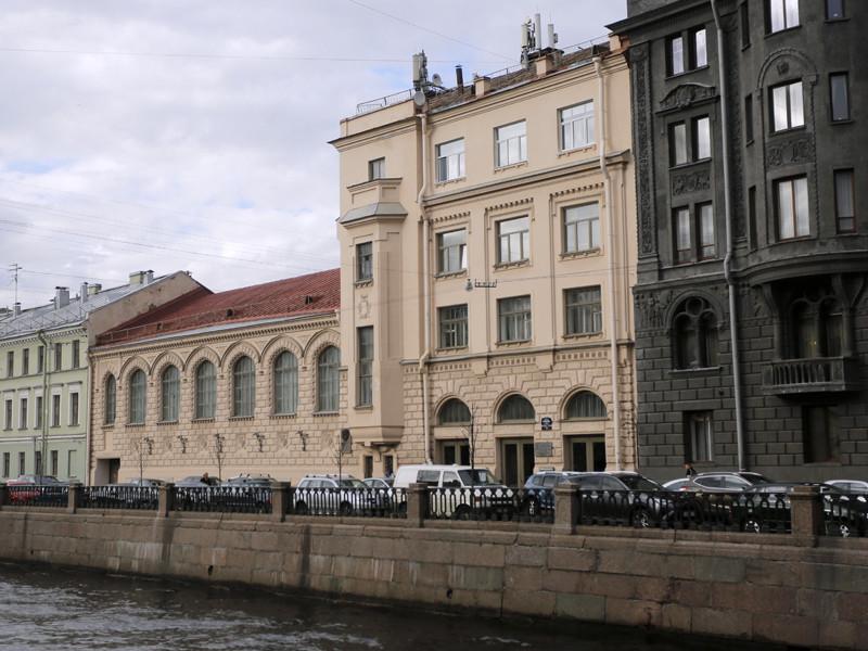 """В Санкт-Петербурге здание, в котором находятся студия """"Лендок"""" и офис студии """"Рок"""" режиссера Алексея Учителя, в ночь на четверг забросали бутылками, сообщил ТАСС источник в правоохранительных органах города"""