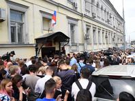 У здания Басманного суда в Москве прошла акция поддержки режиссера Кирилла Серебренникова