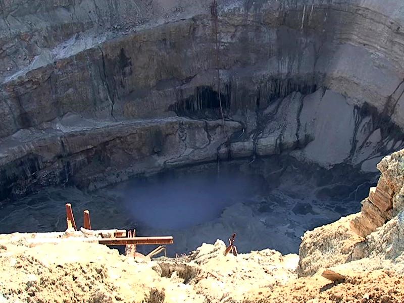 """В Якутии отдают дань памяти восьми шахтерам алмазного рудника """"Мир"""", пропавшим после аварии, произошедшей 4 августа"""