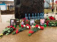 """Жители Мирного несут цветы, свечи, воду и сигареты к администрации рудника """"Мир"""", где прекратили поиски 8 шахтеров (СПИСОК)"""
