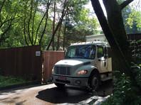 С московской дачи перед этим уехали несколько грузовых автомобилей с мебелью и вынесенными из помещений коробками