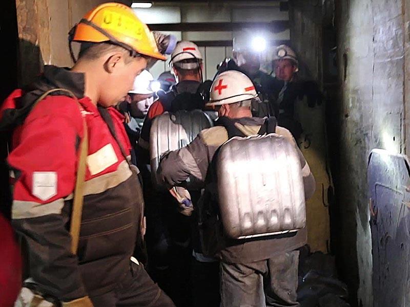"""На руднике """"Мир"""" в Якутии удалось освободить от воды гиганскую чашу карьера и обезопасить горноспасателей и шахтеров, которые ведут поисково-спасательные работы под землей, объявила компания """"Алроса"""""""
