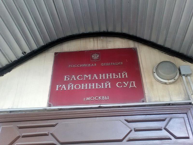 """Корреспондент """"Новой газеты"""" Худоберди Нурматов, писавший под псевдонимом Али Феруз, попытался накануне в Басманном суде Москвы перед оглашением приговора о его выдворении в Узбекистан вскрыть ручкой вены на руке"""