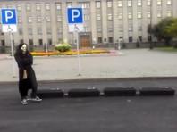 Человек в черном притащил четыре черных гроба к зданию правительства Иркутской области (ФОТО, ВИДЕО)