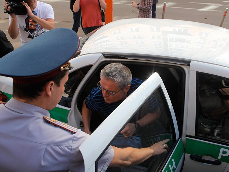 Бывший министр экономического развития РФ Алексей Улюкаев, обвиняемый в получении взятки в два миллиона долларов, перед началом заседания в Замоскворецком суде Москвы, 17 августа 2017 года