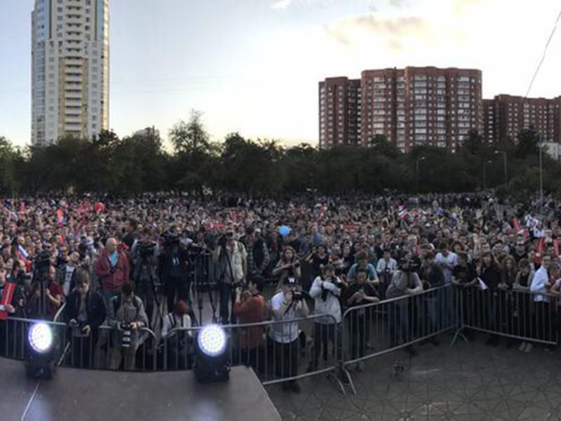 В Екатеринбурге на площади Обороны проходит митинг сторонников Алексея Навального