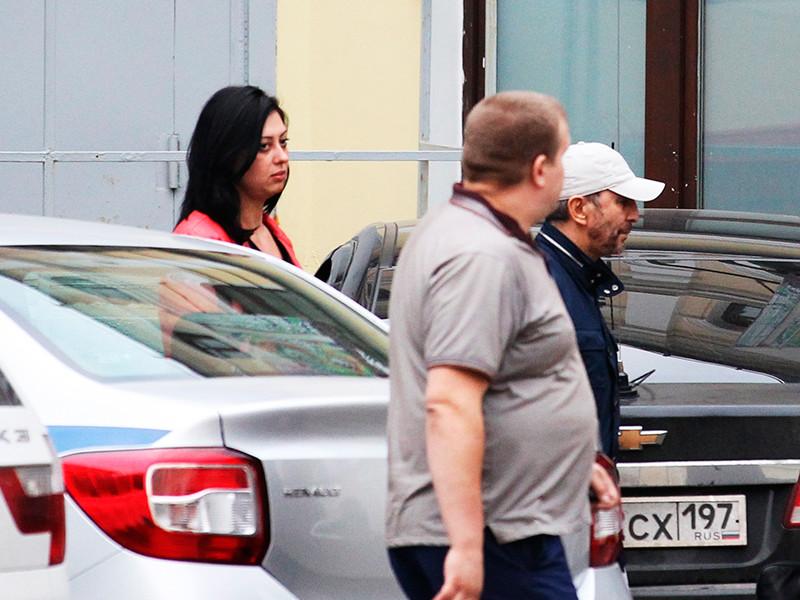 """Бизнесмен и экс-сенатор Умар Джабраилов (справа) у здания ОВД """"Китай-город"""", куда он был доставлен после инцидента со стрельбой в гостиничном номере в центре города, 30 августа 2017 года"""