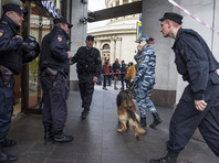 Сотрудники полиции у торгового центра в Санкт-Петербурге. Оперативные службы проверяют поступившую информацию о минировании зданий и торговых центров Санкт-Петербурга