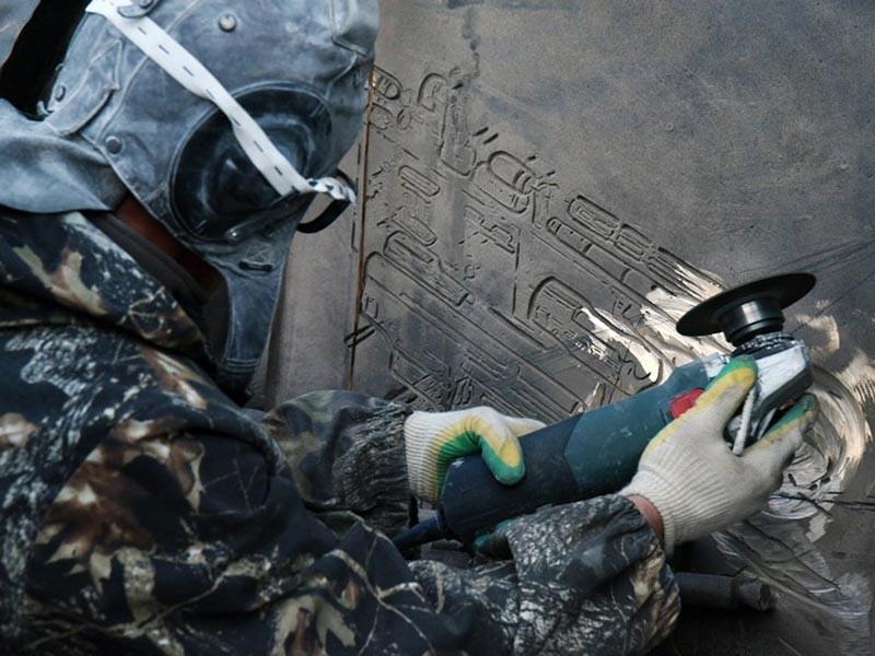 Вечером 22 сентября с памятника российскому конструктору Михаилу Калашникову в Москве спилили чертежи немецкого автомата StG 44 конструктора Хуго Шмайссера