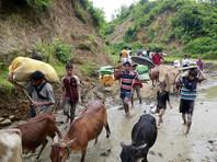 Десятки тысяч рохинджа бежали через границу в Бангладеш
