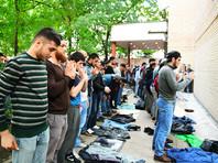 """В воскресенье, 3 сентября, сотни мусульман собрались на никем несанкционированную акцию у посольства Мьянмы в центре Москвы, перекрыв движение. Стихийный митинг продолжался несколько часов. Однако в столичной мэрии заявили, что не увидели никаких нарушений, а люди просто вышли на улицы """"выразить эмоции"""""""