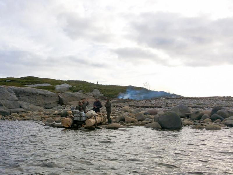 Поморские спасатели обнаружили на необитаемом острове в Белом море трех рыбаков из поселка городского типа Малошуйка Онежского района Архангельской области, которые ждали помощи в течение десяти дней
