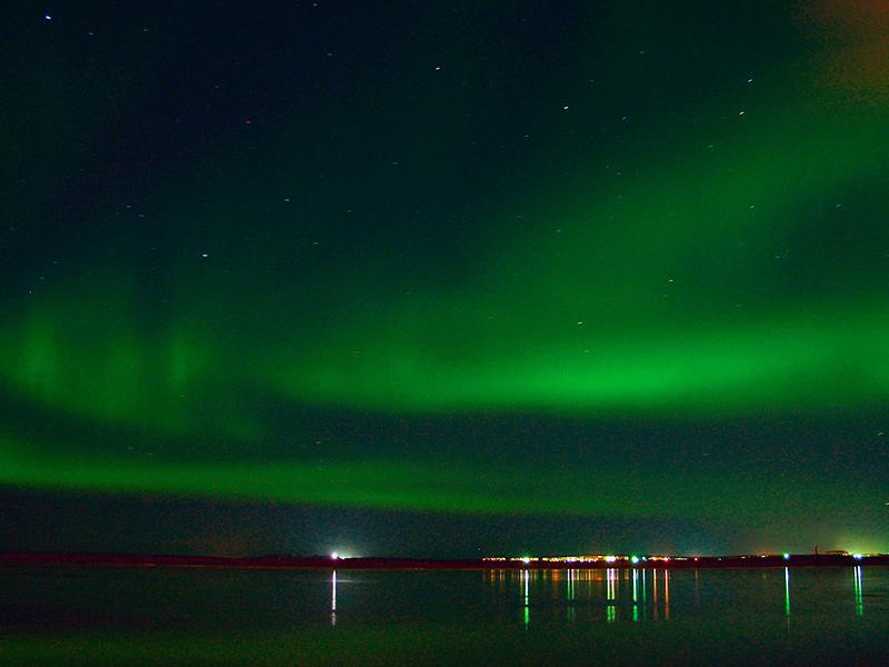 Из-за мощной вспышки на Солнце полярное сияние можно увидеть в Москве и на Урале, а не только в северных широтах