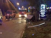 В Оренбурге автомобиль въехал в рекламный щит: трое погибших