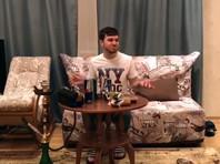 Обстановка на видео не соответствует немецкой, в частности на столе стоит энергетический напиток Drive Me, который не продается в этой стране