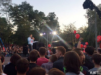 """Митинг прошел на площадке у """"Дома молодежи"""", куда желающих пускали после досмотра. Вокруг площади дежурили полиция и ОМОН"""