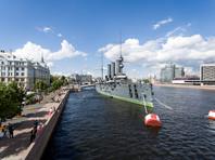 """В Петербурге антивоенные активисты в костюмах клоунов выстроились на палубе крейсера """"Аврора"""""""