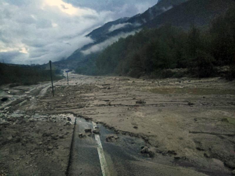 Во результате схода селевого потока в Эльбрусском районе Кабардино-Балкарии один человек погиб, еще несколько пострадали. Отмечается, что жилые дома и социально-значимые объекты в зону схода селей не попали