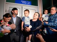 Уполномоченный при президенте РФ по правам ребенка Анна Кузнецова (слева) и полномочный представитель Чеченской Республики при президенте РФ Зияд Сабсаби (справа) во время встречи российских детей, возвращенных из Ирака, в аэропорту Грозного