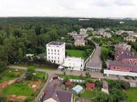 Помимо этого, ФБК обнаружил подмосковную дачу Соловьева недалеко от Переделкино, которая представляет собой огромное четырехэтажное здание с пристроенной беседкой и отдельный двухэтажный домик для охраны