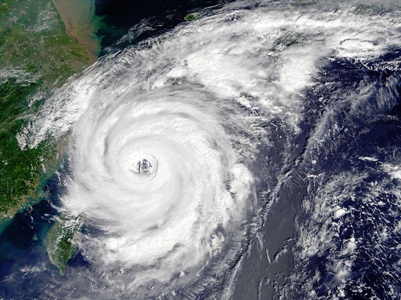"""Тайфун """"Талим"""", пришедший из Японии к побережью Дальнего Востока РФ, закрыл на Сахалине школы. Жителям районов, попадающих под влияние тайфуна, рекомендовано не выезжать за пределы поселений, не выходить в лес и на реки, не оставлять детей без присмотра"""
