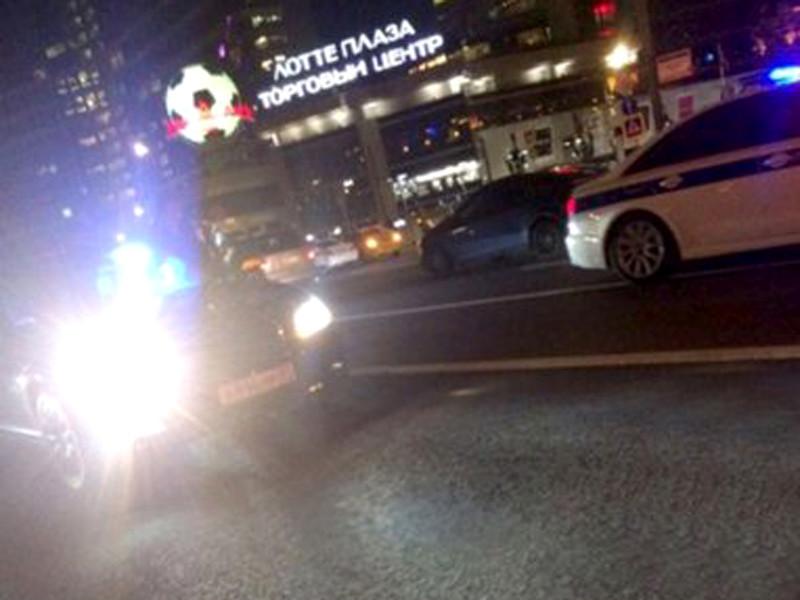 Смертельное ДТП произошло поздно вечером в понедельник, 25 сентября, на пересечении Нового Арбата и Новинского бульвара. Водитель Mercedes Benz 2012 года выпуска с госномером А896МР97 сбил полицейского