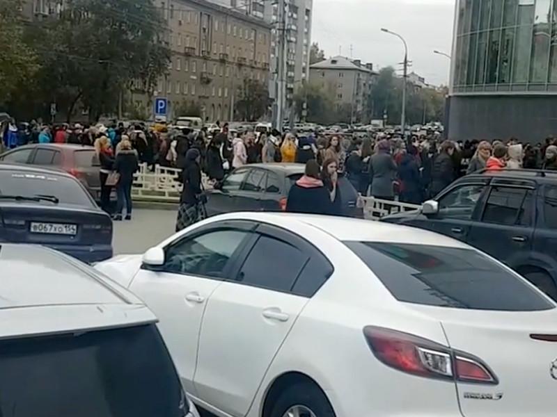 В Новосибирске из-за звонков о заложенных бомбах эвакуируют ТЦ и школы