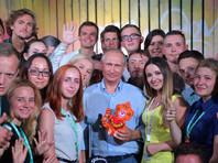 Путин активно встречается с молодежью, хотя Кремль отрицает, что это связано с грядущими выборами президента