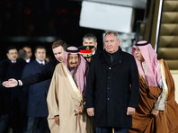 У самолета главу Саудовской Аравии встретили специальный представитель президента России по Ближнему Востоку и странам Африки, замминистра иностранных дел Михаил Богданов и вице-премьер РФ Дмитрий Рогозин