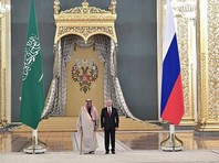 Изначально встреча началась в Андреевском зале, куда лидеры вошли одновременно под звуки торжественного марша и обменялись рукопожатием. Затем были исполнены гимны обеих стран