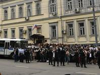 """Около здания суда собралось больше сотни людей, приедших поддержать режиссера, отмечает """"Медиазона"""""""