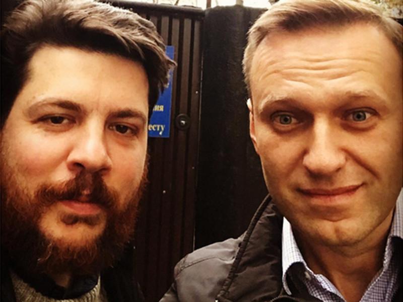 Глава предвыборного штаба оппозиционера Алексея Навального Леонид Волков после 24 с небольшим перерывом суток административного ареста в среду, 25 октября, вышел на свободу