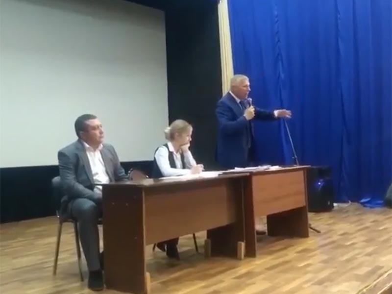 Мэр города Ивдель на севере Свердловской области на днях призвал население не бояться пить водопроводную воду, которая поступает из речки, в которой вымерла вся рыба, а вода окрасилась в грязный коричневый центр