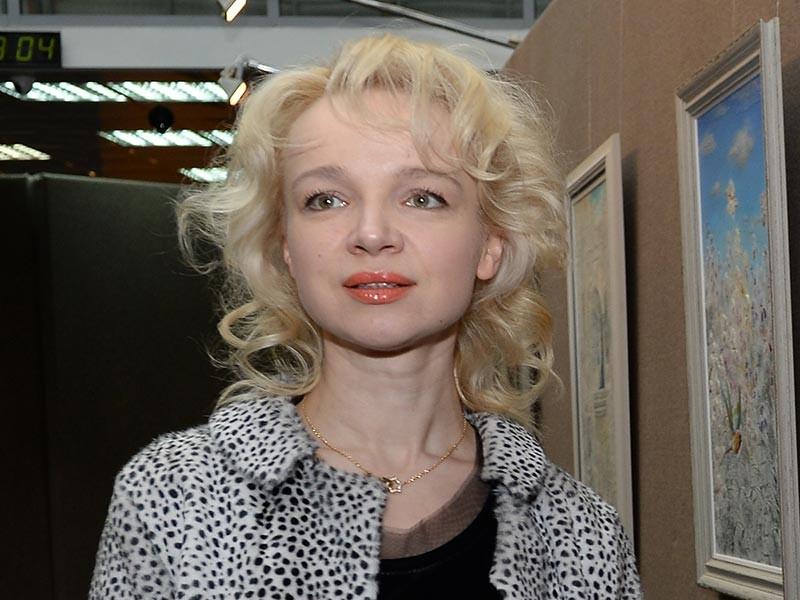 Супруга народного артиста СССР Армена Джигарханяна и бывший директор столичного театра, названного в его честь, Виталина Цымбалюк-Романовская, получившая гражданство РФ в 2007 году, покинула пределы страны